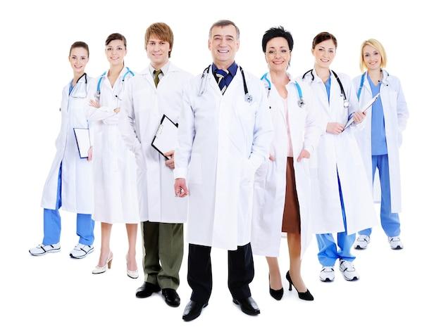 Felice team di medici di successo che stanno insieme in camici da ospedale Foto Gratuite