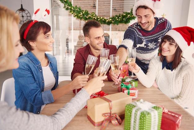 クリスマスのオフィスパーティーで乾杯幸せなチーム 無料写真