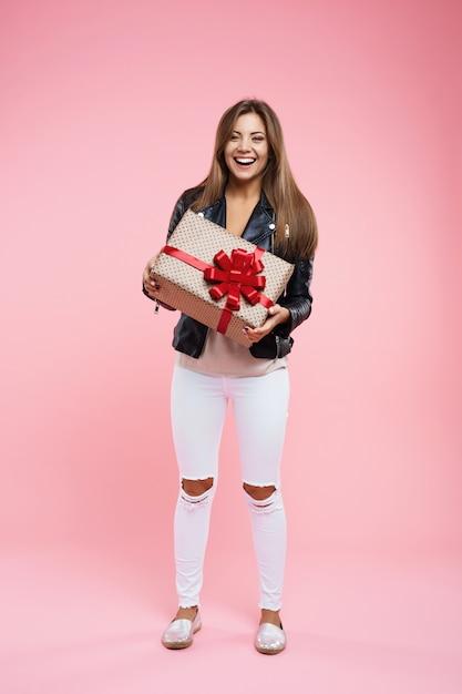생일 선물을 들고 기본 모양에 행복 한 십 대 소녀 무료 사진