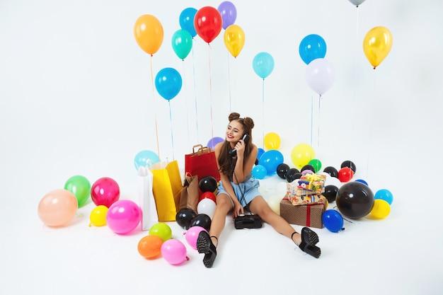 가족으로부터 전화를받는 큰 생일 파티를 갖는 행복한 십대 무료 사진