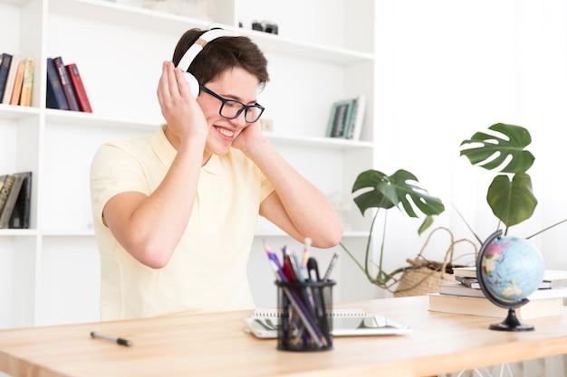 Счастливый подросток слушает музыку Бесплатные Фотографии