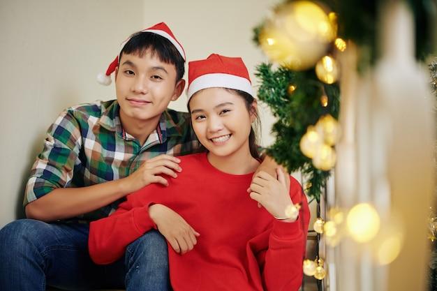 サンタの帽子で幸せな10代 Premium写真