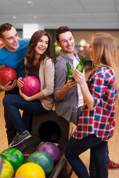 Momento felice al bowling Foto Gratuite