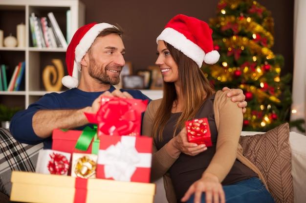 크리스마스 기간 동안 행복 한 전통 가족 무료 사진