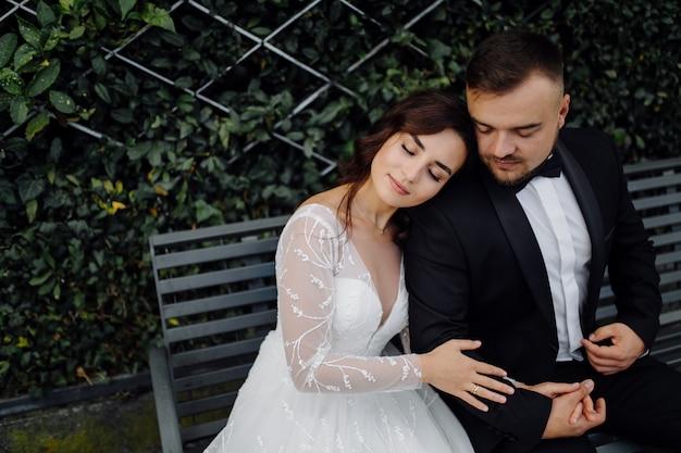 Счастливая свадьба пара в озере комо, италия Бесплатные Фотографии