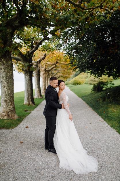 イタリア、コモ湖での幸せな結婚式のカップル 無料写真