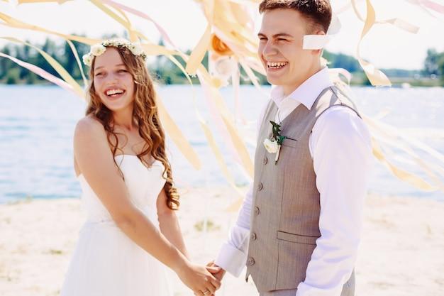 Happy wedding couple laughing Premium Photo