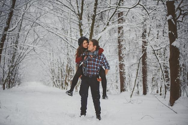 Happy winter travel couple Premium Photo