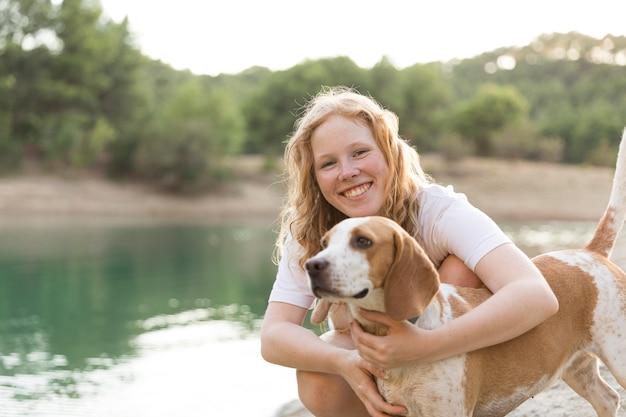 Счастливая женщина и ее лучший друг Бесплатные Фотографии