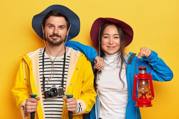 Счастливые туристы-женщины и мужчины активно проводят летние каникулы, гуляют пешком, преодолевают длительные пути Бесплатные Фотографии