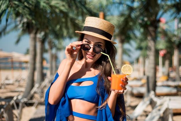 ビーチで幸せな女 無料写真