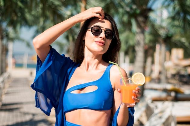 Счастливая женщина на пляже Бесплатные Фотографии