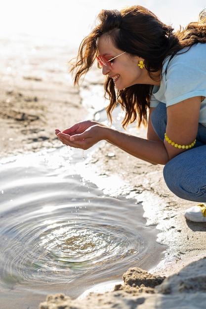 屋外のきれいな水を見つけて幸せな女 無料写真