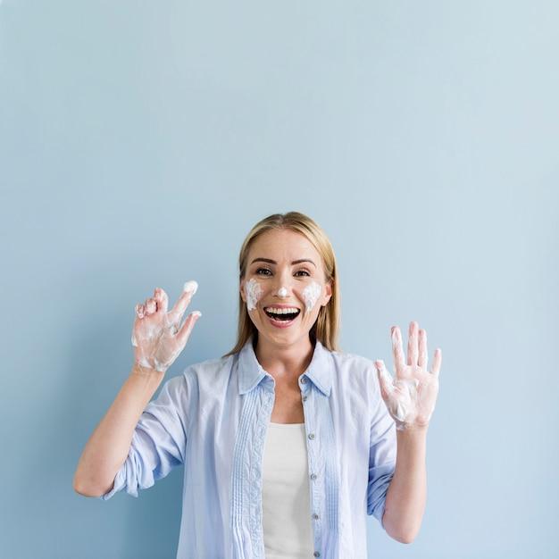 彼女の手と顔を洗いながら楽しんで幸せな女 Premium写真