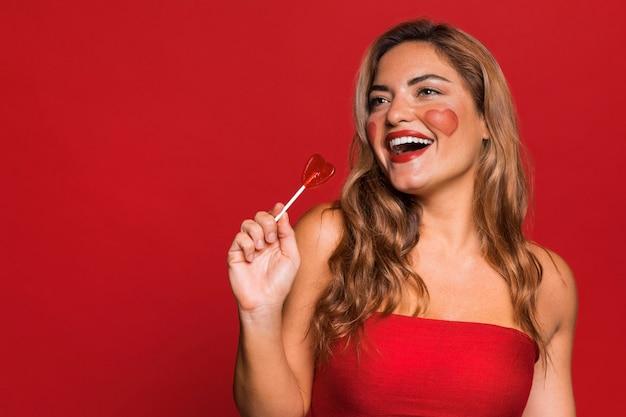 막대 사탕을 들고 행복 한 여자 무료 사진