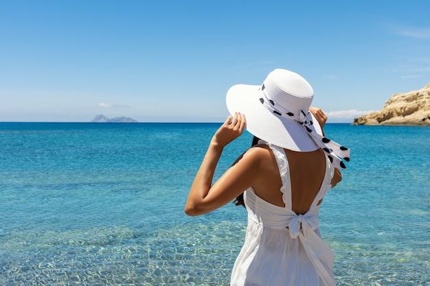 https://image.freepik.com/free-photo/happy-woman-in-a-hat-on-a-tropical-beach_273003-1212.jpg