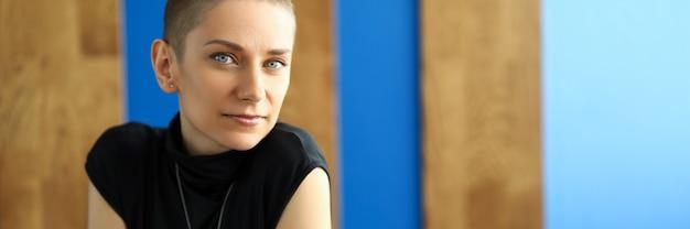 黒のドレスで幸せな女 Premium写真