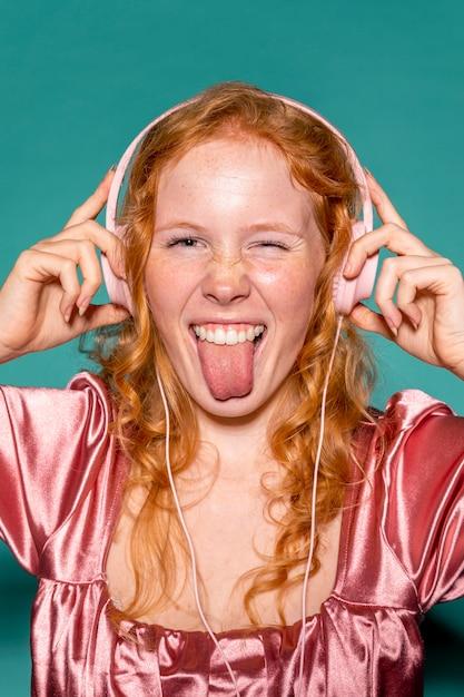 Счастливая женщина, слушающая музыку в наушниках Premium Фотографии