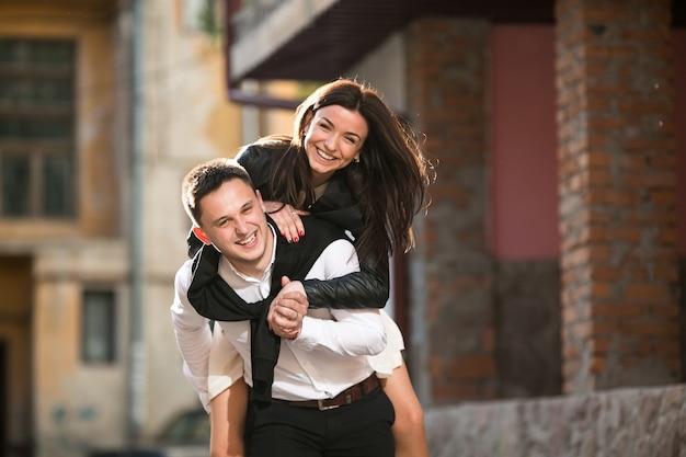 彼女のボーイフレンドの背中に幸せな女性 無料写真