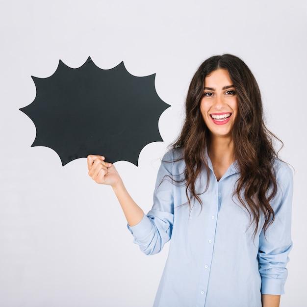 Счастливый женщина, представляя речи пузырь шифер Бесплатные Фотографии
