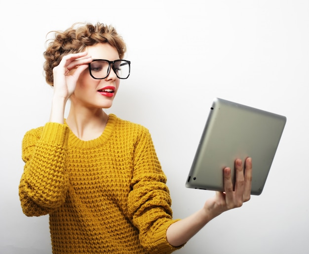 デジタルタブレットでselfieを取って幸せな女 Premium写真