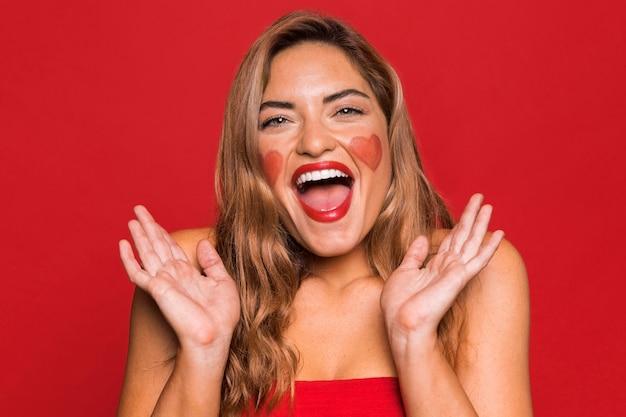 빨간 립스틱을 입고 행복 한 여자 무료 사진