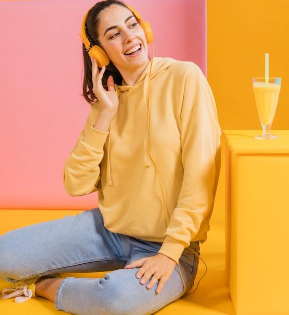 ジュースのグラスと幸せな女 無料写真
