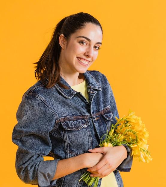花の花束と幸せな女 無料写真