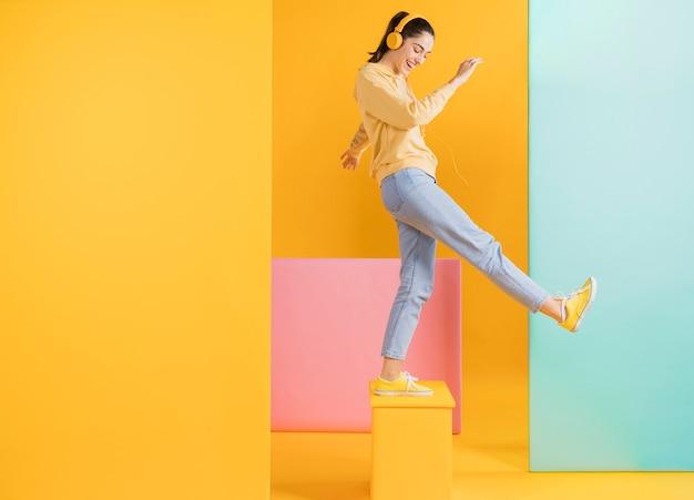 Happy woman with headphones Premium Photo