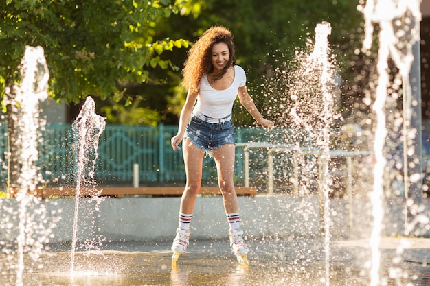屋外のローラーブレードで幸せな女 無料写真