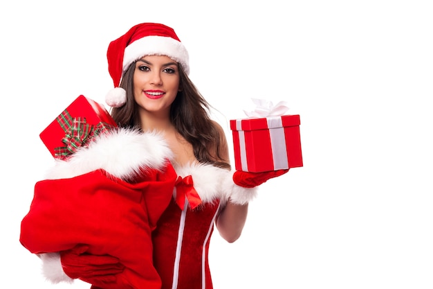 Счастливая женщина с мешком санта-клауса, полным рождественских подарков Бесплатные Фотографии