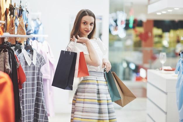 Счастливая женщина с сумками идет в магазин. любимое занятие для всех женщин, концепция образа жизни Бесплатные Фотографии