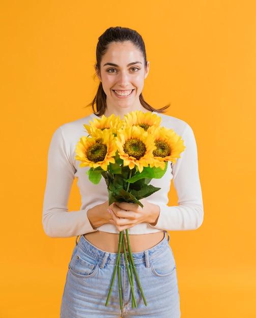 ひまわりの花束と幸せな女 無料写真
