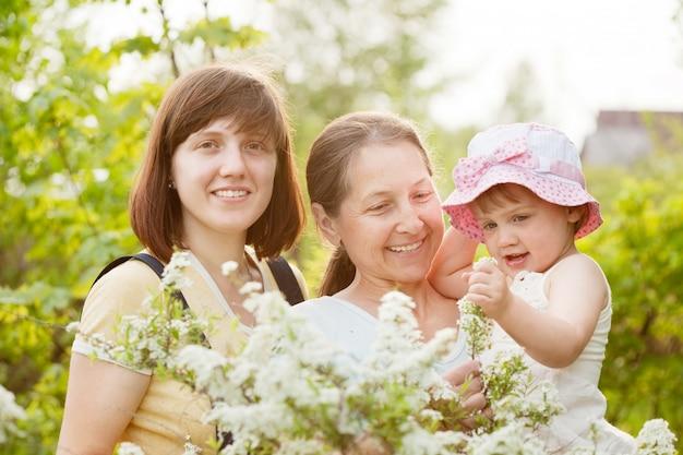 Счастливые женщины и малыш в летнем саду Бесплатные Фотографии