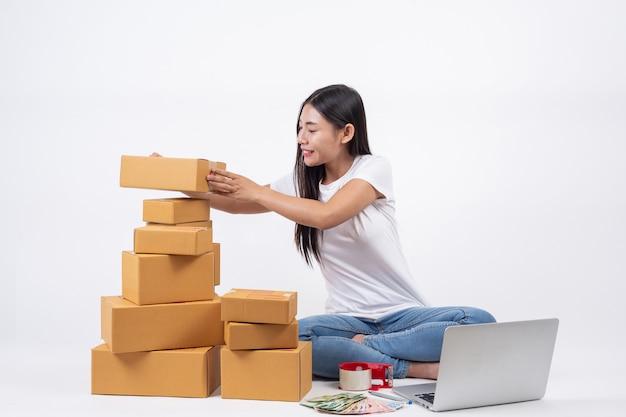 고객으로부터 제품을 주문하여 행복한 여성, 집에서 흰색 찾기로 일하는 사업자 무료 사진