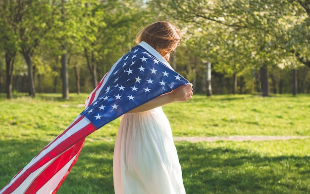 Счастливые женщины с американским флагом сша празднуют 4 июля Premium Фотографии