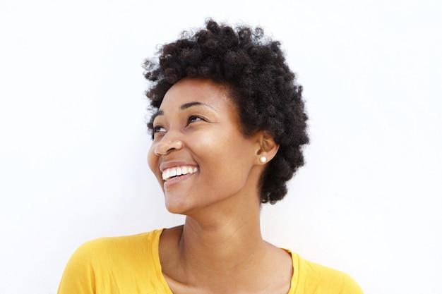 幸せな若いアフリカの女性が離れて見て Premium写真