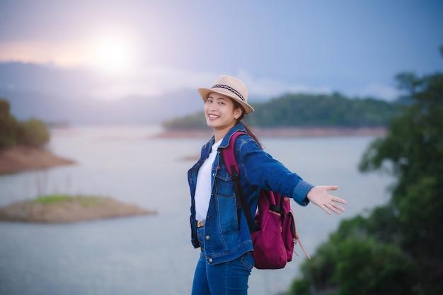 Счастливая молодая азиатская девушка в национальном парке канг кра чан, таиланд Premium Фотографии