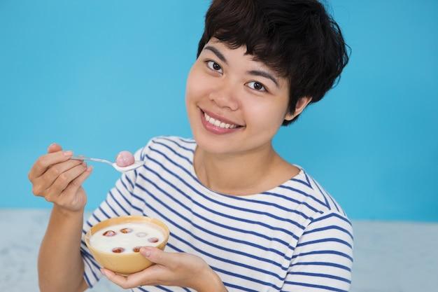 Счастливый молодых азиатских женщин, едят помидор raita Бесплатные Фотографии