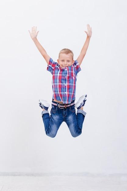 ジャンプ幸せな少年 無料写真
