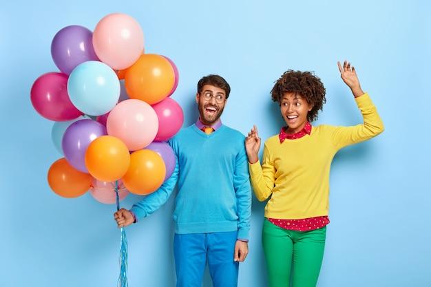 풍선 포즈 파티에서 행복 한 젊은 커플 무료 사진