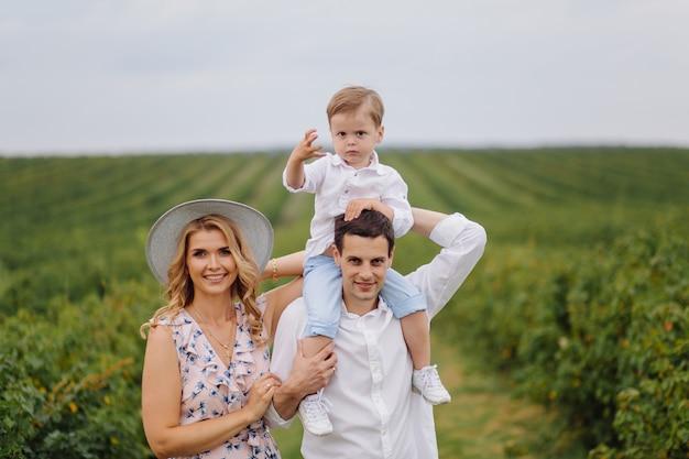 幸せな若い家族のお父さん、お母さん、幼い息子は公園で幸せそうに見える 無料写真