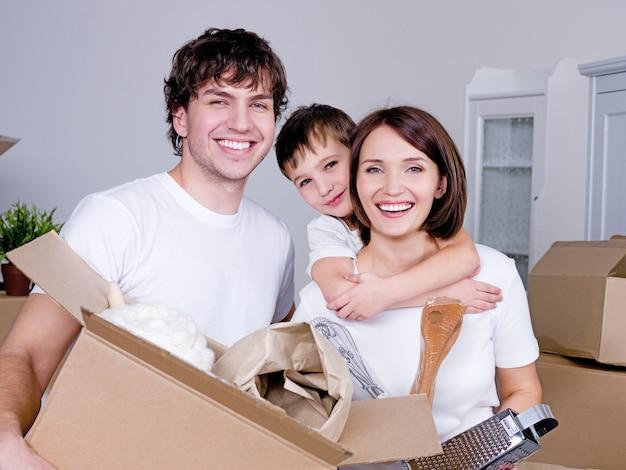 彼らの新しいアパートで幸せな若いフレンドリーな家族 無料写真