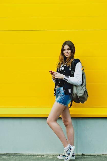 ヘッドフォンで音楽を聴く幸せな若い女の子 Premium写真