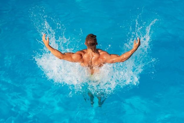 Счастливый молодой человек, весело проводящий время на пляже в солнечный день. счастливый морской образ жизни. пляжные клубы на ибице. сексуальный Premium Фотографии