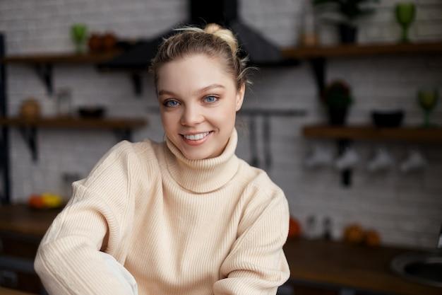 Счастливая молодая женщина-блогер о еде сидит дома и записывает преподавание видеоблога на веб-семинаре в приложении, просмотре веб-камеры. фото высокого качества Premium Фотографии