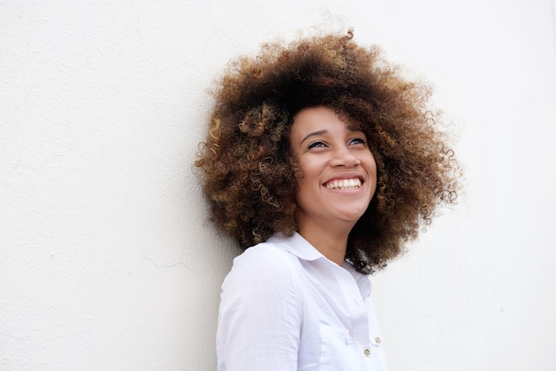 幸せな若い女性が笑いながら広告を見上げる Premium写真