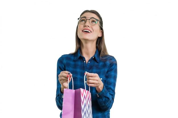 쇼핑 봉투와 함께 행복 한 젊은 여자 프리미엄 사진