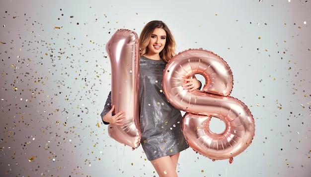 그녀의 생일을 축 하하는 풍선과 함께 행복 한 젊은 여자 무료 사진