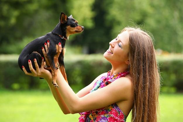 彼女の犬と幸せな若い女 無料写真